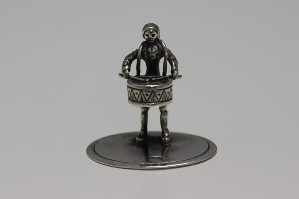 zilveren miniatuur trommelaar