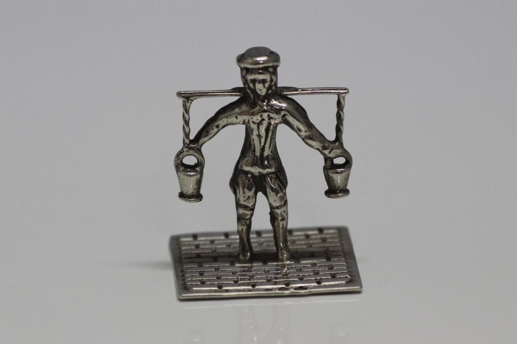 zilveren miniatuur waterdrager